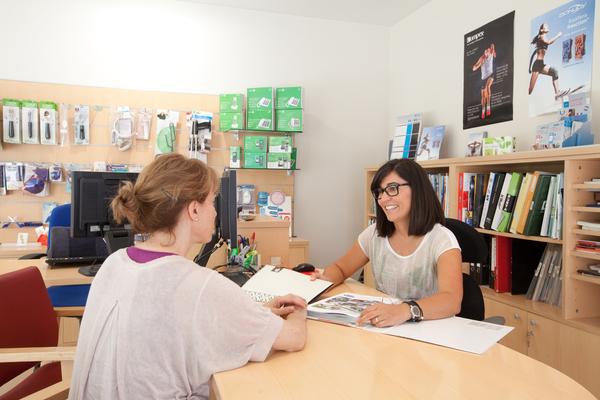 La terapeuta ocupacional aten una client ortopèdia terrassa