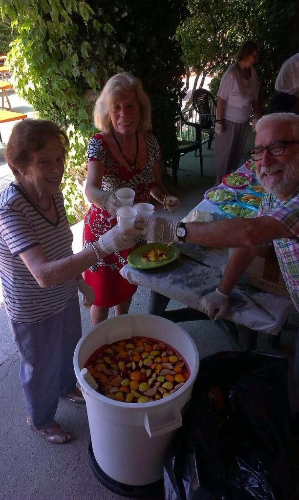 Dimecres 3 de juny: Arrosada i guerra d'aigua Una fantàstica arrossada per a 300 persones als jardins va ser la protagonista de la segona jornada. Tothom, personal, residents i a més, voluntaris, van col·laborar en la seva preparació i van fer un dinar de germanor.