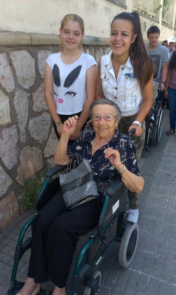 La Maria, resident de La Llar Fundació de Terrassa i dues joves d'IES del Carme de Terrassa.